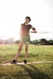 Corridore della donna in parco pronto per l'esercizio di mattina Immagine Stock Libera da Diritti