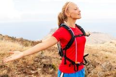Corridore della giovane donna in montagne Fotografia Stock Libera da Diritti