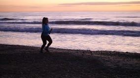 Corridore della giovane donna pareggiare sulla spiaggia archivi video