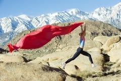 Corridore della montagna con la bandierina Immagini Stock Libere da Diritti