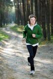 Corridore della ragazza nella foresta Fotografie Stock