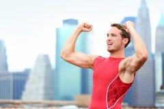 Corridore di conquista dell'uomo dell'atleta che celebra a New York Immagine Stock