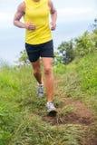 Corridore di forma fisica che pareggia in scarpe da corsa all'aperto Immagine Stock