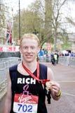 Corridore di maratona che mostra il suo MEDA olimpic; Fotografia Stock