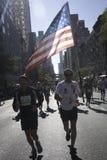 Corridore di maratona di New York City con la bandiera americana Immagine Stock
