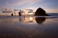 Corridore di tramonto sulla spiaggia Immagine Stock