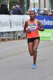 Corridore 2013 delle donne di maratona della città di Milano fotografia stock