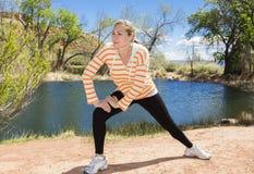 Corridore femminile che allunga prima dell'allenamento Fotografia Stock Libera da Diritti