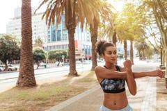 Corridore femminile che fa allungando gli esercizi Fotografie Stock
