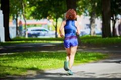 Corridore femminile che pareggia in un parco immagini stock libere da diritti