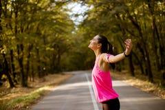 Corridore femminile durante l'allenamento all'aperto nel bello natur della montagna fotografie stock