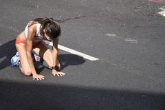 Corridore maratona crollato a quattro zampe dopo la finitura della corsa fotografie stock libere da diritti