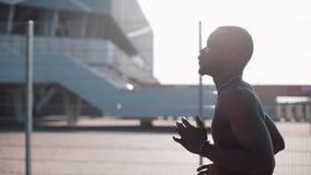 Corridore maschio afroamericano dell'atleta che corre all'aperto Stile di vita sano - correndo Giovani adulti Uomo che si esercit archivi video