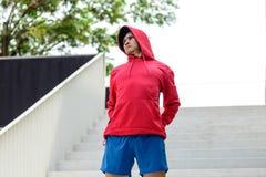Corridore maschio che fa allungando esercizio, Fotografia Stock