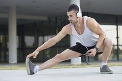 Corridore maschio che fa allungando esercizio Fotografia Stock Libera da Diritti