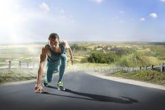 Corridore maschio che sprinting durante l'addestramento di aria aperta per l'esecuzione di maratona fotografia stock libera da diritti