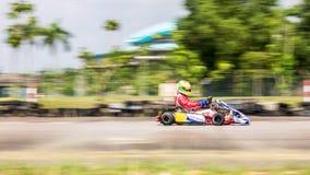 Corridore professionista che corre su una pista di corsa con il suo da go-kart Fotografia Stock
