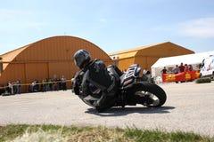 Corridore solo della motocicletta alla svolta a sinistra sulla pista Immagini Stock