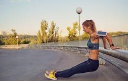 Corridore sportivo della ragazza che fa un esercizio di allenamento sulla strada Immagine Stock Libera da Diritti