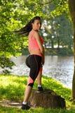 Corridore stanco della donna che prende resto dopo l'allenamento corrente in parco Fotografia Stock Libera da Diritti