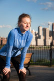 Corridore stanco della donna che prende un resto dopo avere corso duro Immagine Stock Libera da Diritti