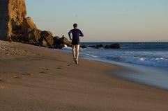 Corridore sul puntello della spiaggia Fotografie Stock