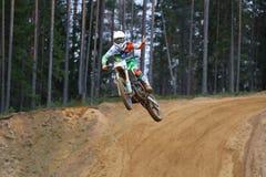 Corridore sulla concorrenza della bici della sporcizia Fotografia Stock
