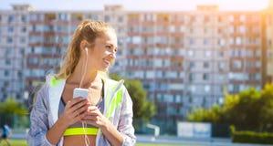 Corridore sulla pista dello stadio Allenamento di forma fisica di estate della donna Fotografie Stock Libere da Diritti