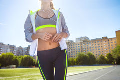 Corridore sulla pista dello stadio Allenamento di forma fisica di estate della donna Immagine Stock