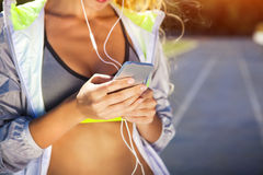 Corridore sulla pista dello stadio Allenamento di forma fisica di estate della donna Fotografia Stock Libera da Diritti