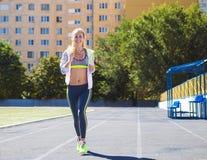 Corridore sulla pista dello stadio Allenamento di forma fisica di estate della donna Fotografie Stock