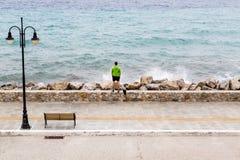 Corridore sulla via della città che esamina vista d'ispirazione del mare Immagine Stock Libera da Diritti