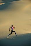 Corridore sulle dune Fotografie Stock Libere da Diritti