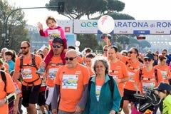 Corridori all'inizio della ventiquattresima edizione della maratona franco di Roma Fotografia Stock