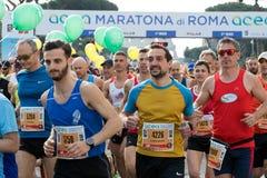 Corridori all'inizio della ventiquattresima edizione della maratona franco di Roma Immagini Stock