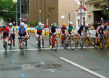 Corridori andanti in bicicletta professionisti alla linea di partenza Fotografie Stock