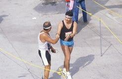 Corridori che attraversano arrivo, maratona di Los Angeles, Los Angeles, CA Fotografie Stock