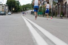 Corridori che fanno concorrenza in una maratona urbana Fotografia Stock Libera da Diritti