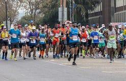 Corridori che partecipano ai camerati Marathon nel Sudafrica Fotografie Stock