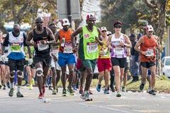 Corridori che partecipano ai camerati Marathon nel Sudafrica Fotografia Stock