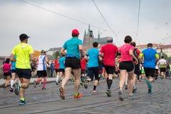 Corridori che partecipano alla maratona dell'internazionale di Praga fotografia stock
