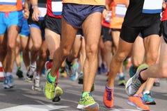 corridori con gli abiti sportivi e le scarpe da corsa durante la maratona fotografia stock libera da diritti
