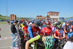 Corridori del mountain bike alla linea di inizio immagine stock libera da diritti