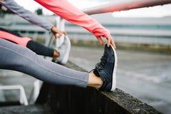 Corridori femminili della città che allungano le gambe Immagine Stock