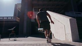 Corridori liberi che eseguono parkour nello spazio urbano stock footage
