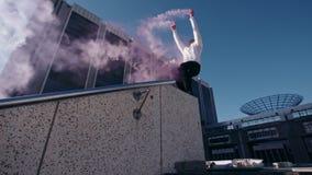 Corridori liberi che eseguono parkour nello spazio urbano video d archivio