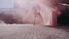 Corridori liberi che fanno parkour con le granate fumogene video d archivio