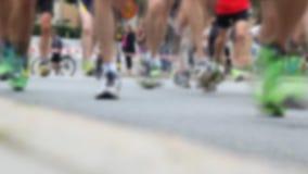 Corridori maratona video d archivio