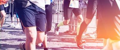 Corridori maratona che corrono sulla strada di città Fotografie Stock