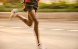 Corridori maratona che corrono sulla via Fotografie Stock Libere da Diritti